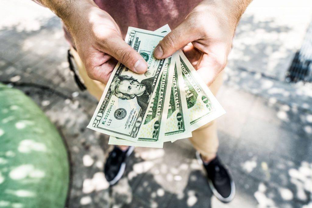 """當有人找你""""借錢""""時該怎麼應對?切記以下4點"""